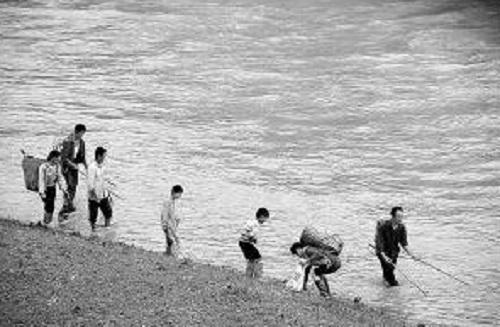 大雨来袭回忆起儿时捞鱼的时光